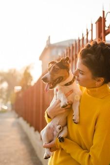 Portret dat van vrouw haar puppy houdt