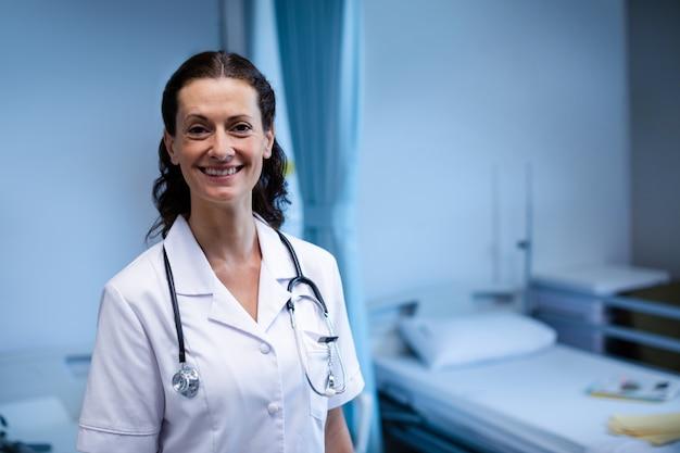 Portret dat van vrouwelijke arts zich in afdeling bevindt