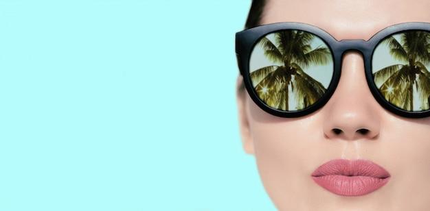 Portret dichte omhooggaand van een mooie vrouw met zonnebril