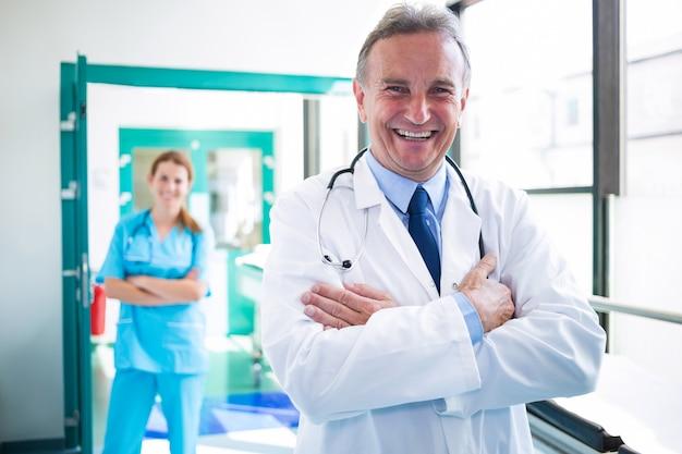 Portret die van arts en verpleegster zich met gekruiste wapens bevinden