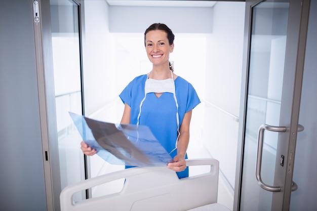 Portret die van arts zich met x-ray rapport bevinden