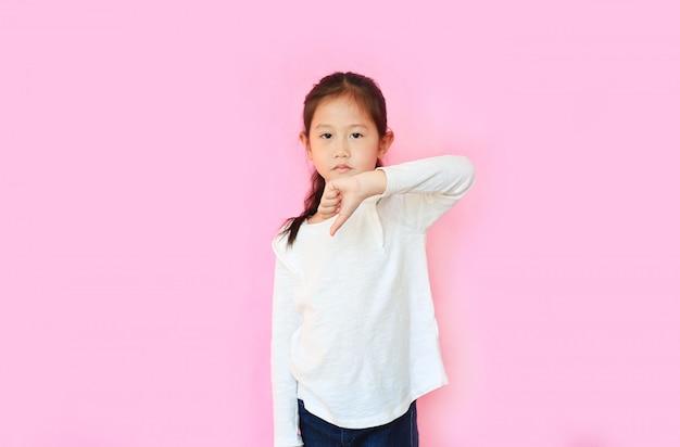 Portret die van aziatisch meisje afkeergebaar op roze achtergrond tonen