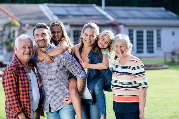 Portret die van de familie van meerdere generaties zich in tuin bevinden