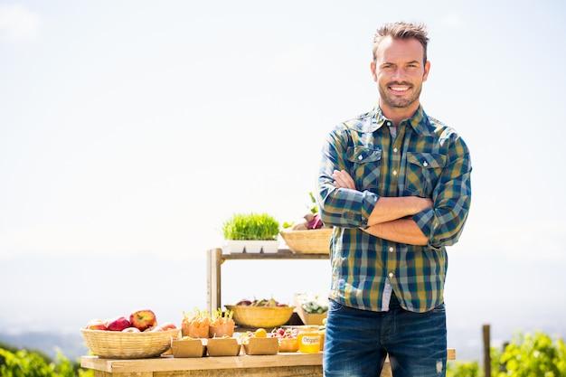 Portret die van de glimlachende mens zich bij landbouwbedrijf bevinden