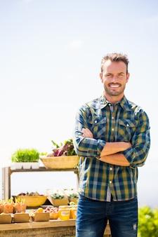 Portret die van de zekere mens zich bij landbouwbedrijf bevinden