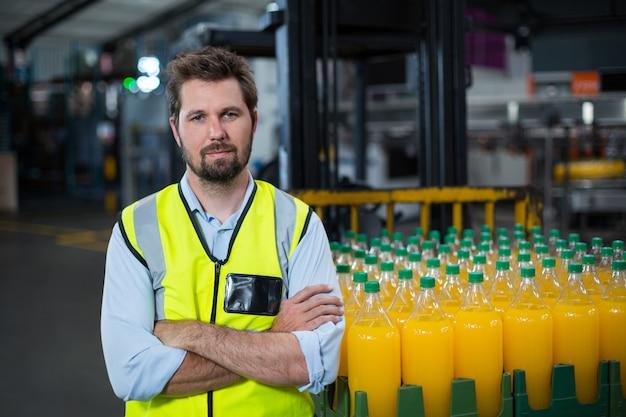 Portret die van fabrieksarbeider zich met gekruiste wapens bevinden
