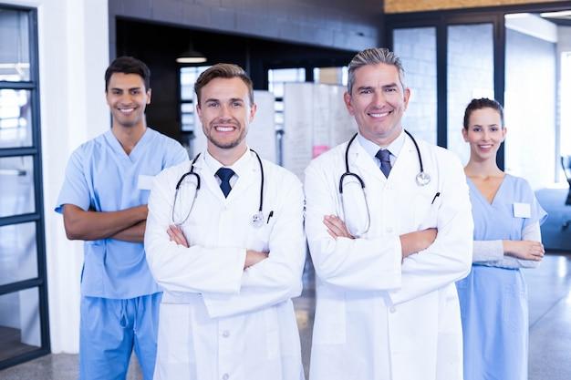 Portret die van medisch team zich en in het ziekenhuis glimlachen verenigen