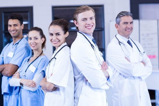 Portret die van medisch team zich met die wapens bevinden in het ziekenhuis worden gekruist