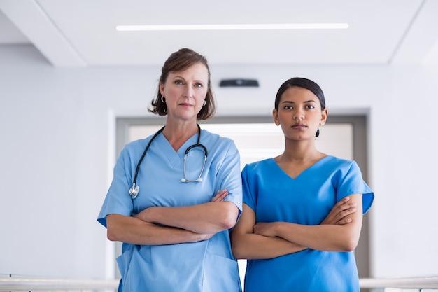 Portret die van verpleegster en arts zich met gekruiste wapens bevinden