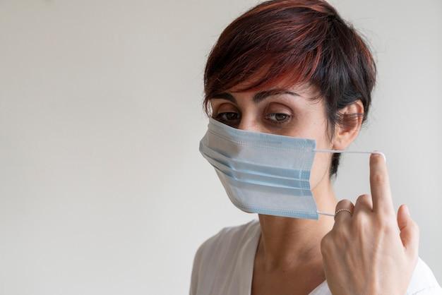 Portret die van verpleegster stappen van het dragen van een gezichtsmasker verklaren die mogelijke kiemen in mond behandelen. voorkom besmettelijke virale ziekten zoals corona virus covid 19. stop de voortplanting en gebruik voorzichtigheidsmaatregelen.