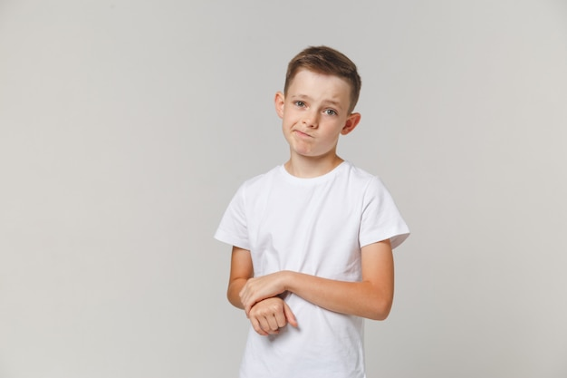 Portret die van verstoorde jongen zich met die wapens bevinden over witte achtergrond worden geïsoleerd