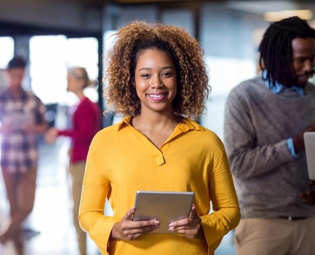 Portret die van vrouw digitale tablet in bureau houden