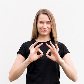 Portret die van vrouw door gebarentaal communiceren
