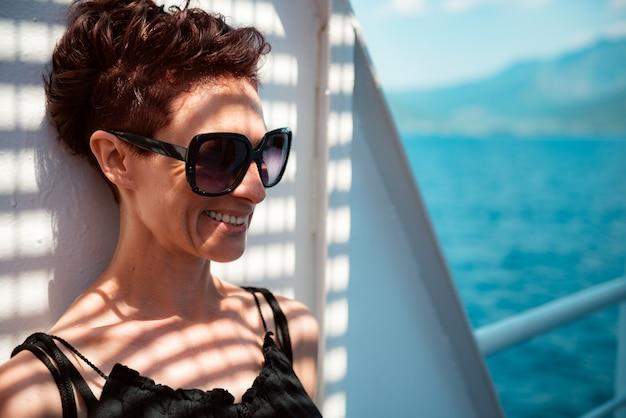 Portret die van vrouw zich in de schaduw bij de veerboot bevinden