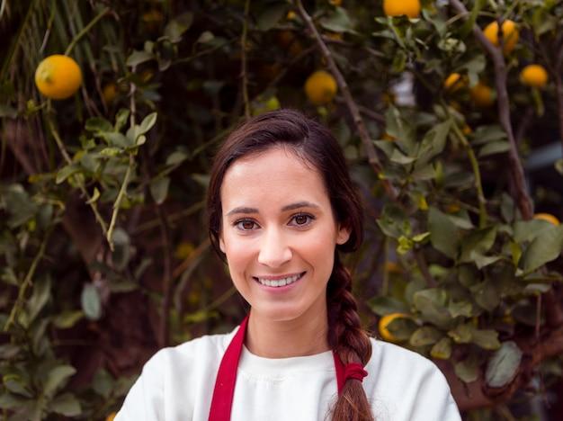 Portret die van vrouw zich voor citroenboom bevinden