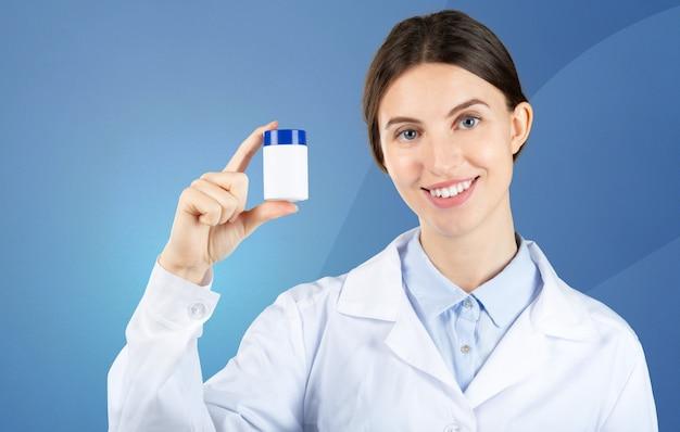 Portret die van vrouwelijke arts u pillen geven.
