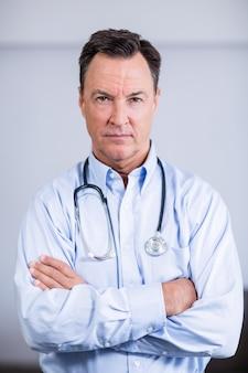 Portret die van zekere arts zich met gekruiste wapens bevinden