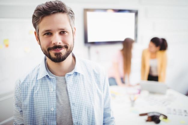 Portret die van zekere zakenman zich in vergaderzaal op creatief kantoor bevinden