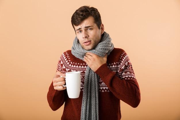 Portret een boos jonge man gekleed in trui