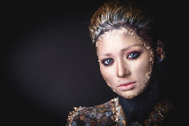 Portret een meisje met gouden pictogram schilderij make-up