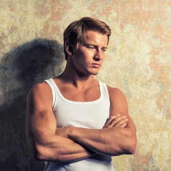 Portret een trieste man die in de buurt van een muur