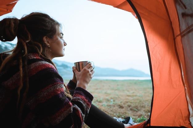 Portret een vrouw drinkt een kopje koffie na het ontwaken