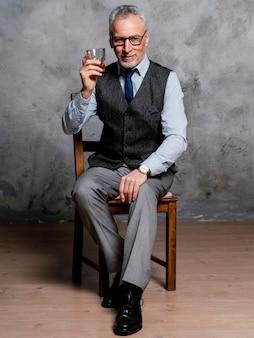 Portret elegante oude man pak dragen