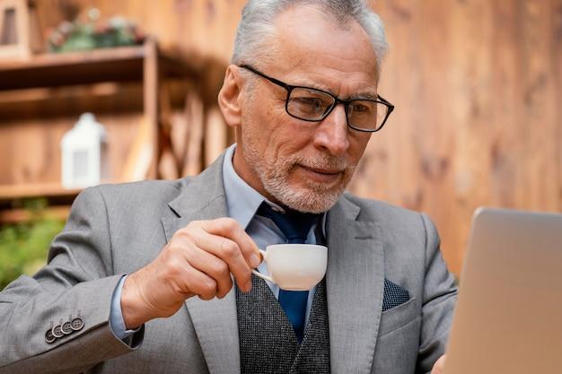 Portret elegante oude man