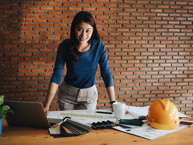 Portret engineering vrouw op kantoor.