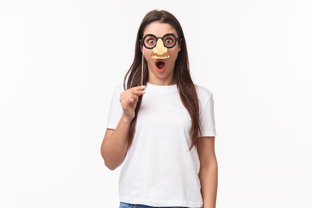 Portret expressieve jonge vrouw bril masker dragen