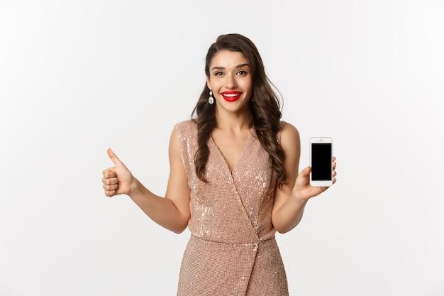 Portret expressieve jonge vrouw in elegante jurk met telefoon