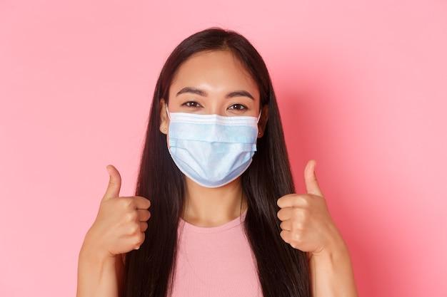 Portret expressieve jonge vrouw masker dragen