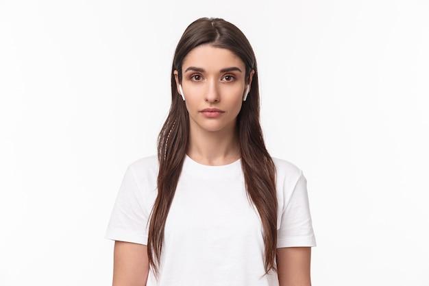 Portret expressieve jonge vrouw met airpods