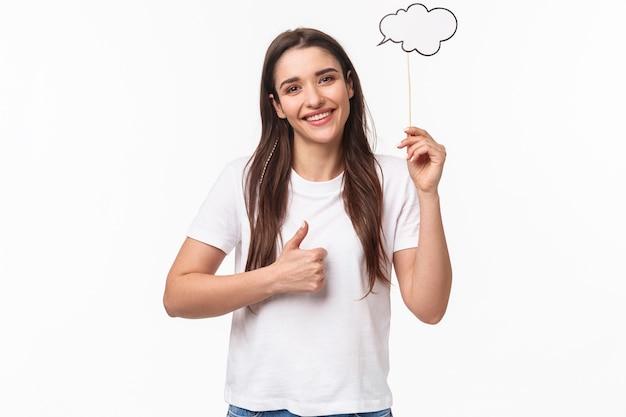 Portret expressieve jonge vrouw met bubble toespraak