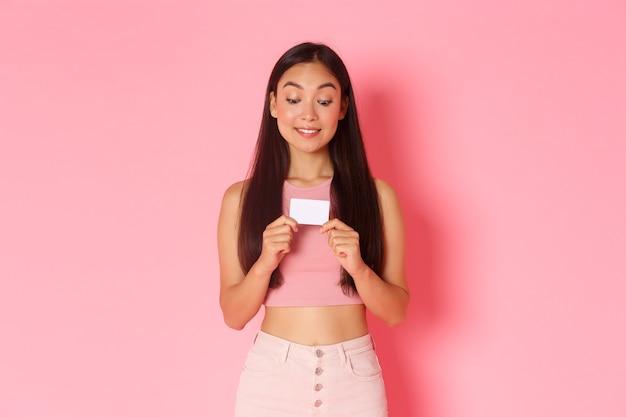 Portret expressieve jonge vrouw met creditcard