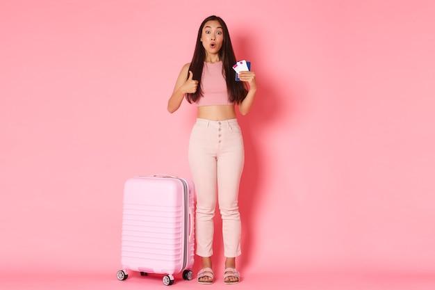 Portret expressieve jonge vrouw met koffer