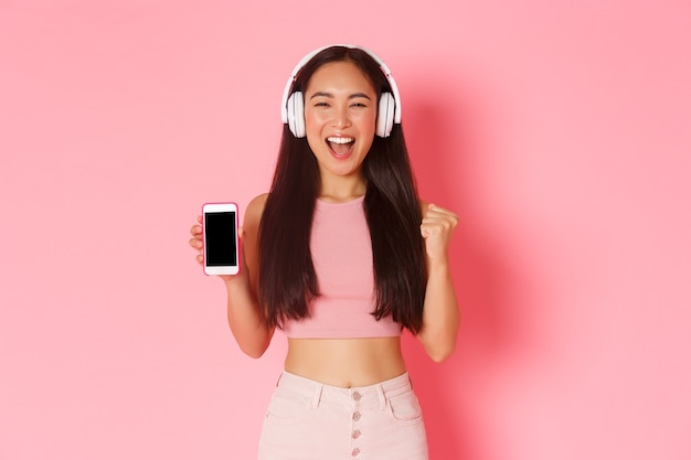 Portret expressieve jonge vrouw met koptelefoon luisteren muziek