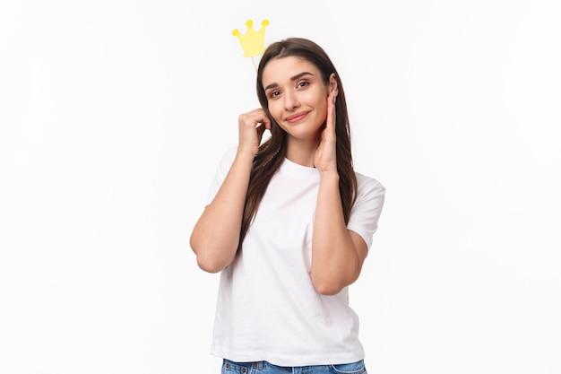 Portret expressieve jonge vrouw met kroon
