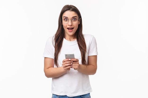 Portret expressieve jonge vrouw met mobiel