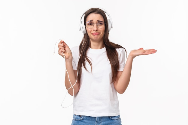 Portret expressieve jonge vrouw met mobiele muziek luisteren