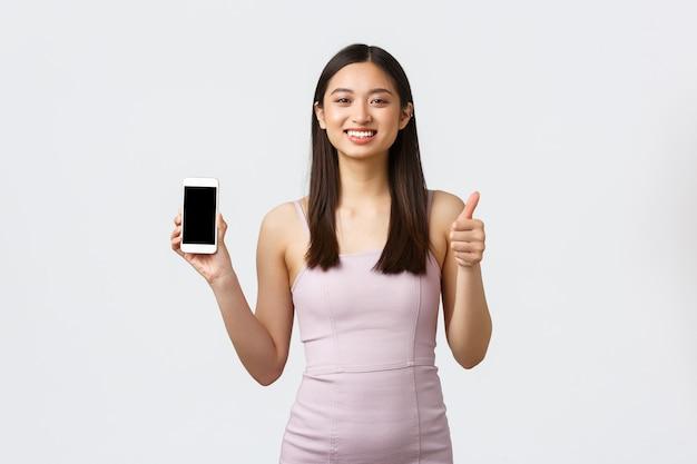 Portret expressieve jonge vrouw met telefoon