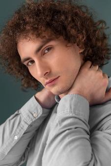Portret gekrulde haired jonge man