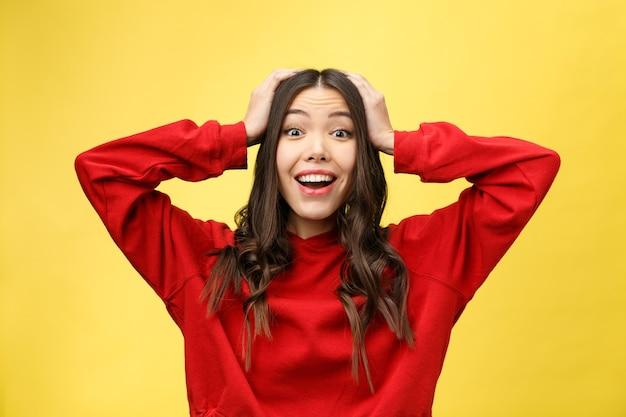 Portret gelukkig aziatisch meisje is verrast dat ze opgewonden is.
