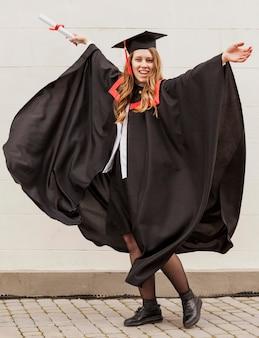 Portret gelukkig meisje bij afstuderen