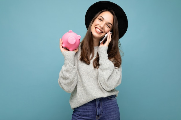 Portret gelukkig positief lachende lachende jonge mooie brunette vrouw stijlvol dragen