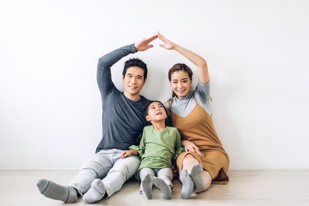 Portret gelukkige glimlachende aziatische familie