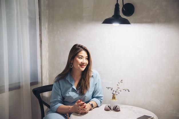 Portret gelukkige jonge aziatische dame thuis