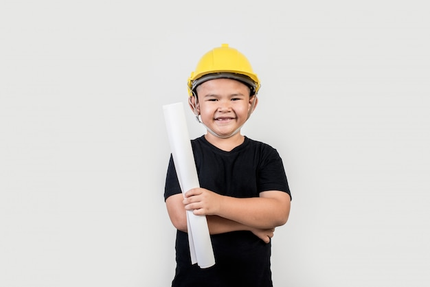 Portret gelukkige jongen die ingenieurshoed draagt