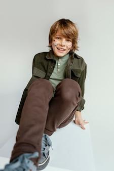 Portret gelukkige jongen met geschilderde gezicht