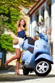 Portret gelukkige wooman scooterbestuurder op straat